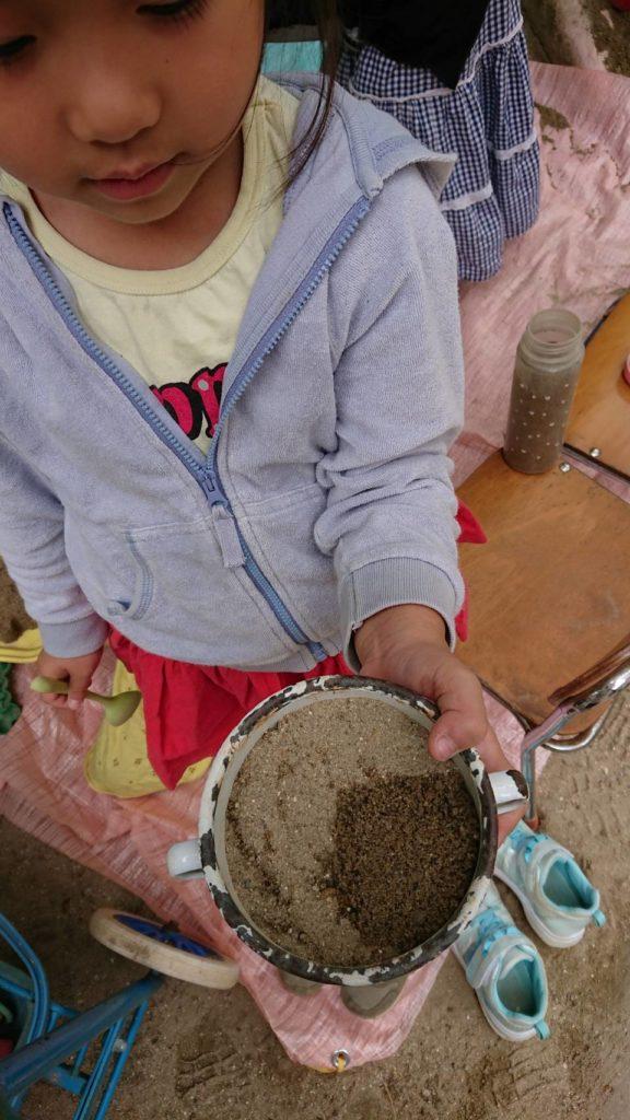 カレーとごはんで色の違う砂を入れてます!