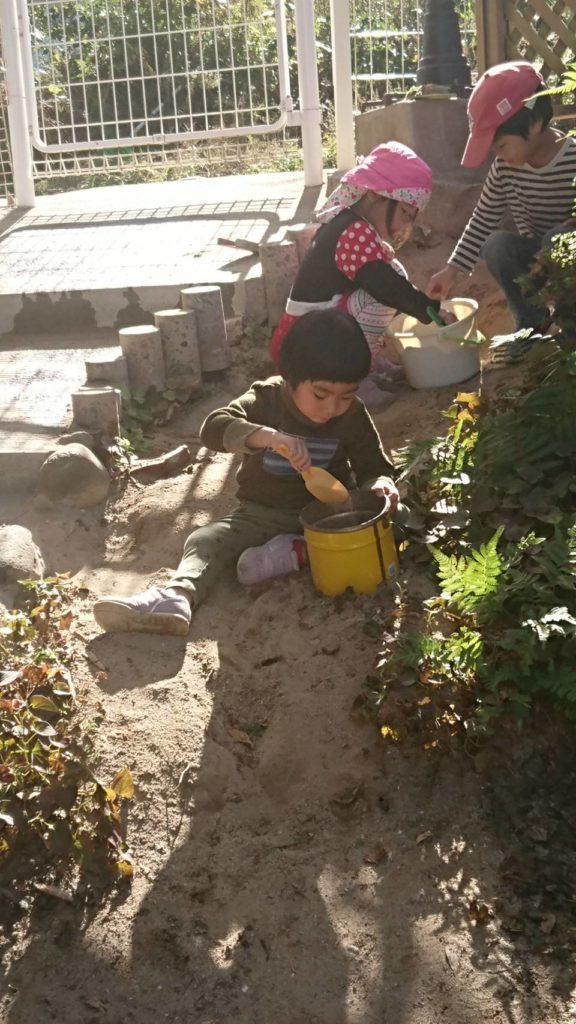 お庭の色んな所を掘っています