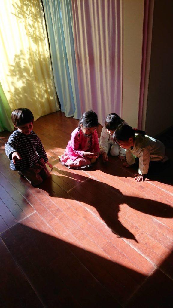 子どもたちは差し込む光を見つけると、すぐに影絵をします