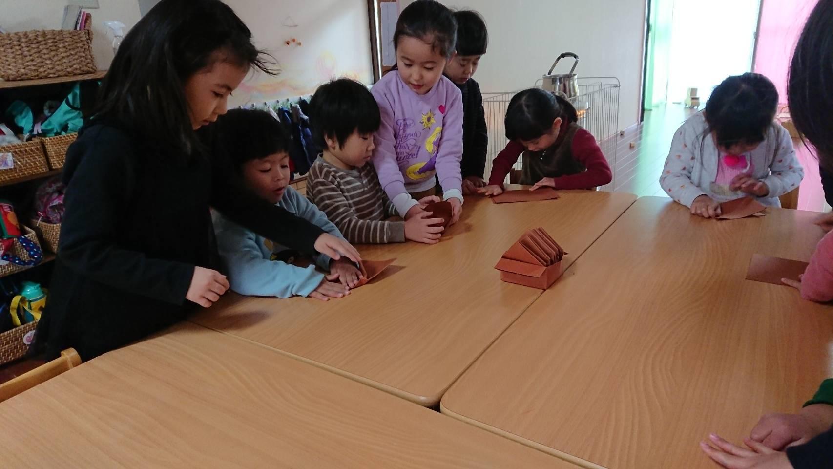 小さい子にマスの作り方を教えています